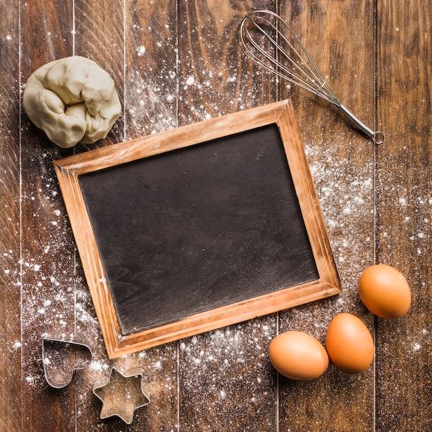 Composição de padaria plana leigos com modelo de ardósia Foto gratuita