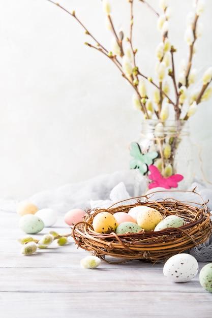 Composição de páscoa de ovos de codorna no ninho Foto Premium