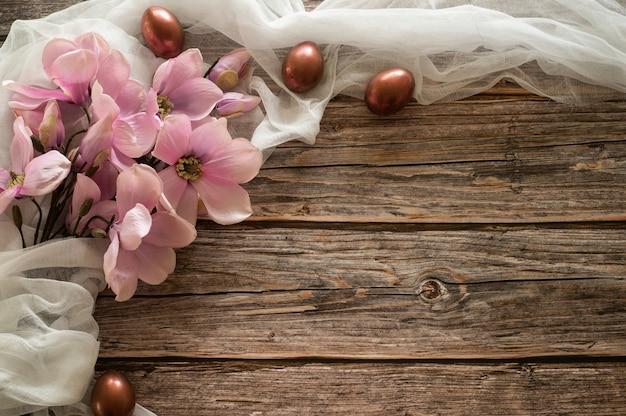 Composição de páscoa em um fundo de madeira. casca de ovo. conceito de páscoa. Foto Premium