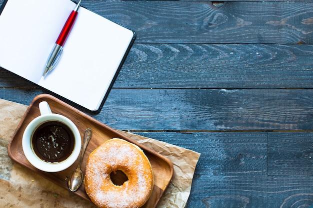 Composição de pequeno-almoço colorido donuts com estilos de cores diferentes Foto Premium