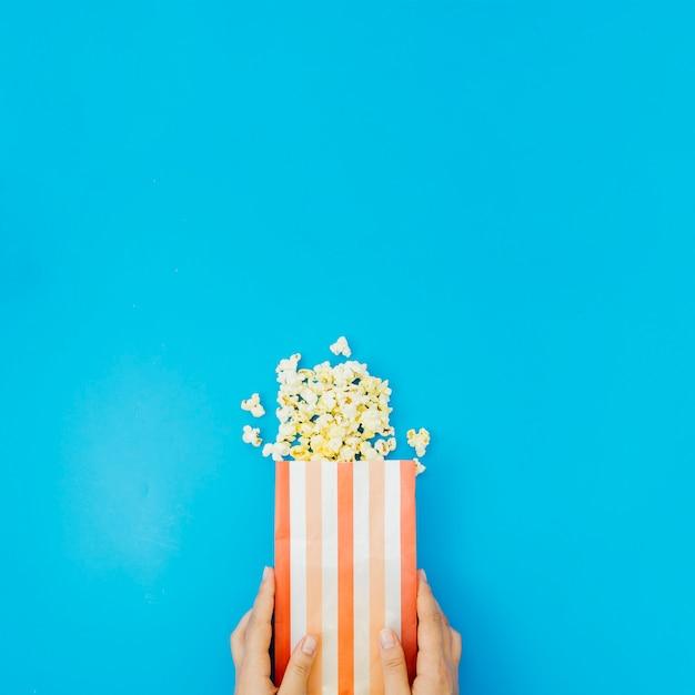 Composição de pipoca plana leigos para o conceito de cinema Foto gratuita