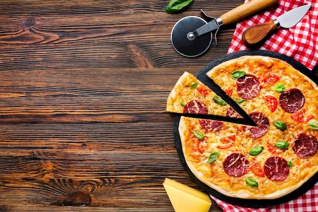 Composição de pizza plana leigos com copyspace Foto gratuita