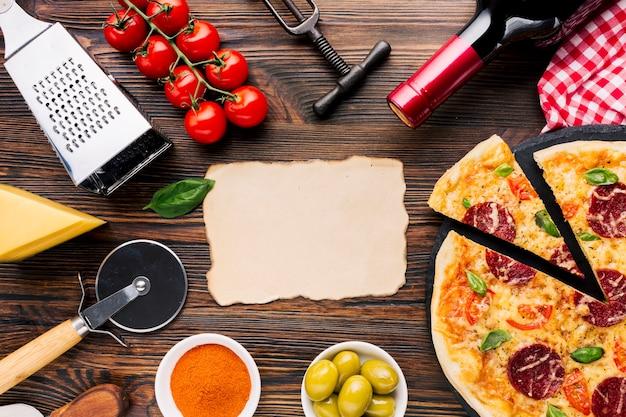 Composição de pizza plana leigos com modelo de papel Foto gratuita