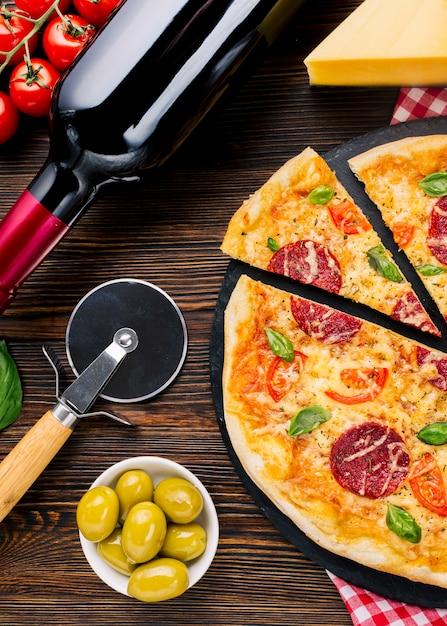 Composição de pizza saborosa plana leigos Foto gratuita