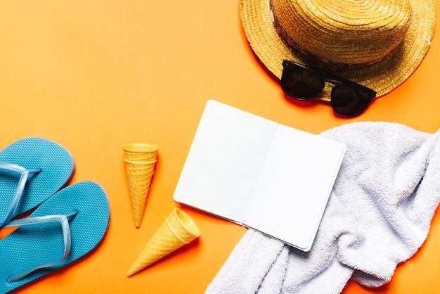 Composição de praia com notebook no fundo brilhante Foto gratuita