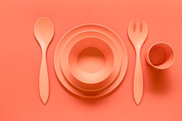 Composição de prato de plástico rosa servido Foto gratuita