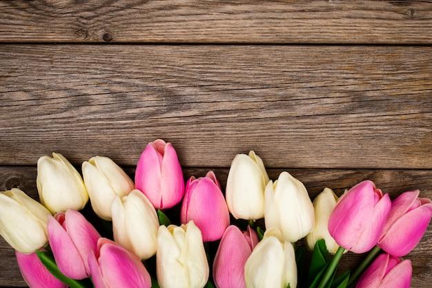 Composição de primavera com tulipas na madeira Foto gratuita