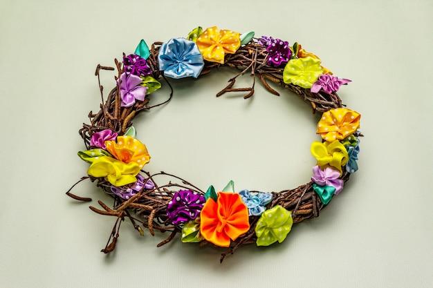 Composição de primavera de uma coroa de ramos de bétula e flores coloridas artesanais Foto Premium