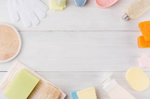 Composição de produtos de spa em fundo de madeira Foto gratuita