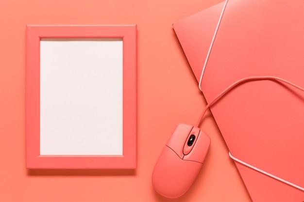Composição, de, quadro, papel, caso, e, rato computador Foto gratuita