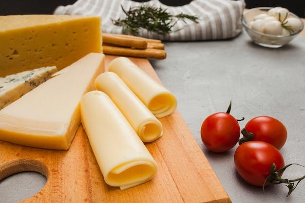 Composição de queijo isométrica Foto gratuita