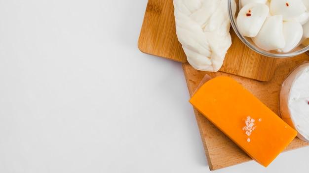 Composição de queijo plana leiga com copyspace Foto gratuita