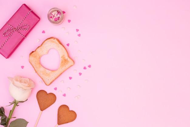 Composição de rosa com biscoitos em forma de coração Foto gratuita