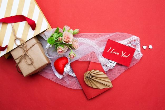 Composição de saco de presente de dia dos namorados. conceito dia dos namorados Foto Premium
