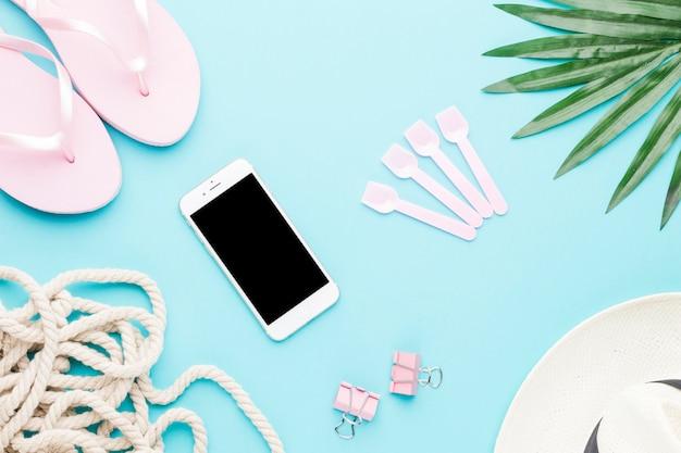 Composição, de, smartphone, sandálias, corda, clipes papel, e, chapéu Foto gratuita