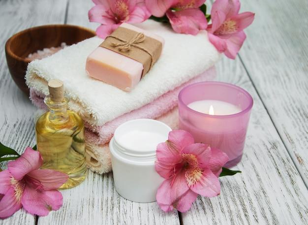 Composição de spa com flores de alstroemeria Foto Premium