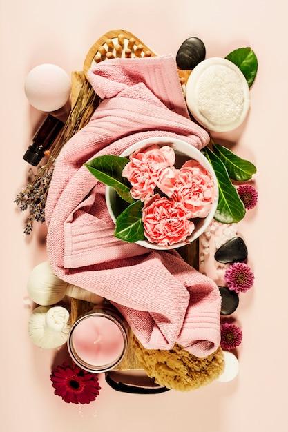 Composição de spa com flores e toalha. configuração plana Foto Premium