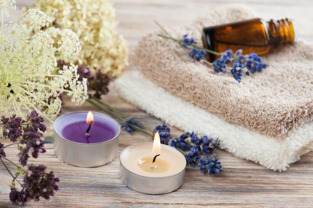 Composição de spa com óleo essencial e toalhas Foto Premium