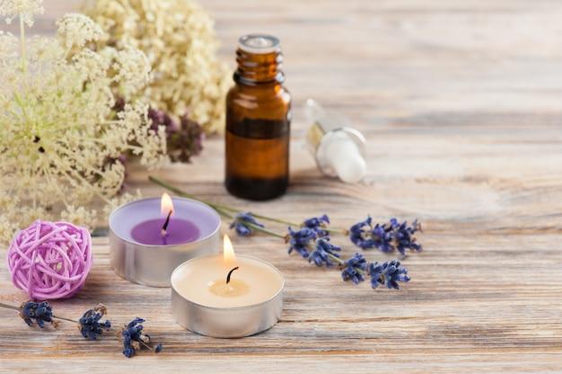 Composição de spa com óleo essencial e velas acesas Foto Premium