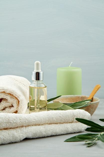 Composição de spa e bem-estar com soro, toalhas e produtos de beleza Foto Premium