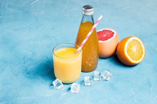 Composição de suco de laranja e grapefruit Foto gratuita