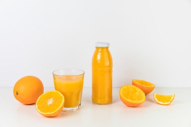 Composição de suco de laranja fresco Foto gratuita