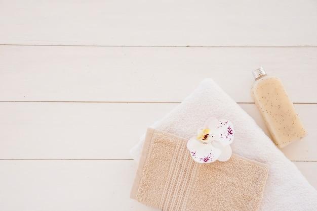 Composição de suprimentos higiênicos para cuidados com o corpo Foto gratuita
