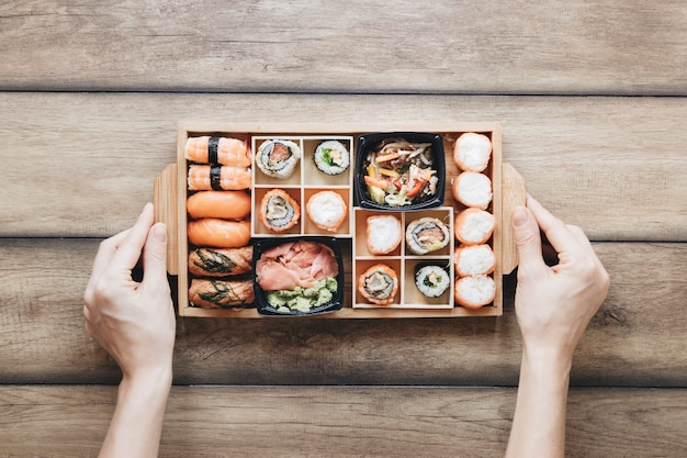 Composição de sushi plana leigos Foto gratuita