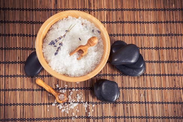Composição de tratamento de spa em fundo de madeira Foto Premium