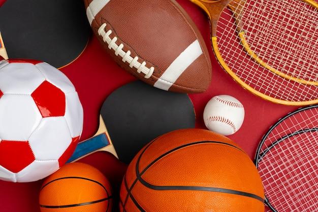 Composição de vários equipamentos esportivos para fitness e jogos Foto Premium