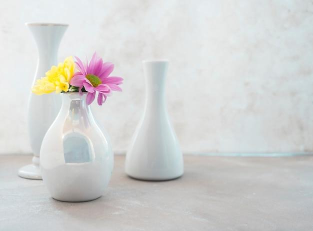 Composição de vaso colocada na mesa Foto gratuita