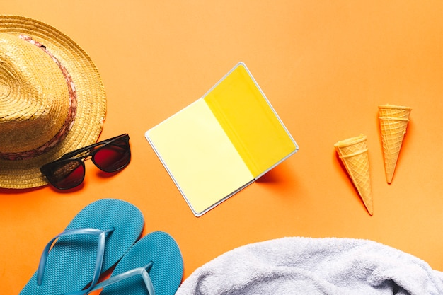 Composição de verão com cones de waffle notebook e sorvete no fundo brilhante Foto gratuita