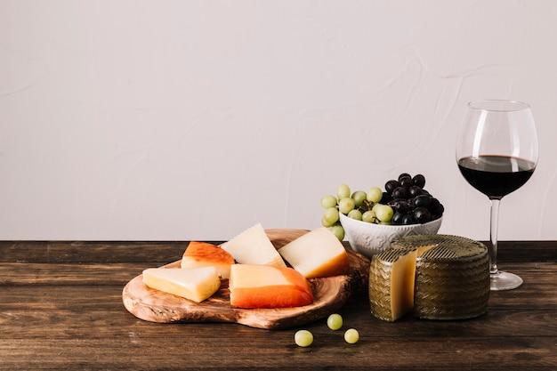 Composição de vinho e comida Foto gratuita
