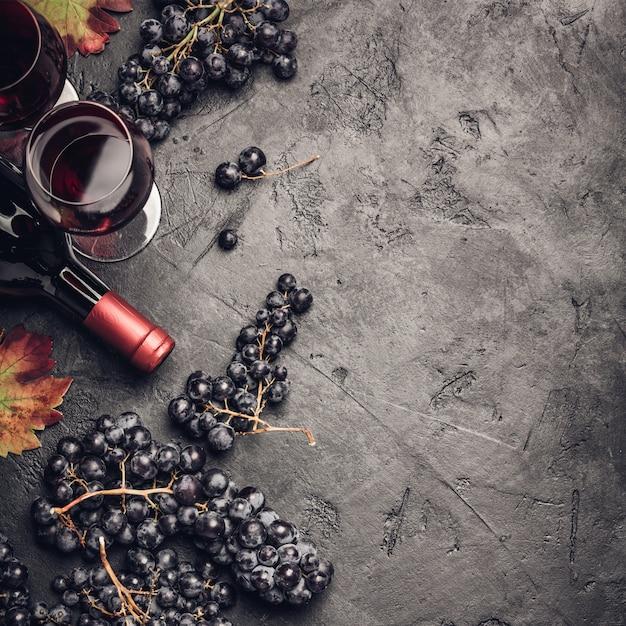 Composição de vinho no fundo rústico escuro Foto Premium