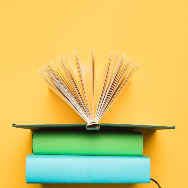 Composição de vista superior de livros Foto gratuita