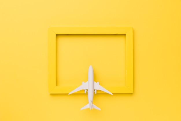 Composição do avião de brinquedo no quadro amarelo Foto gratuita