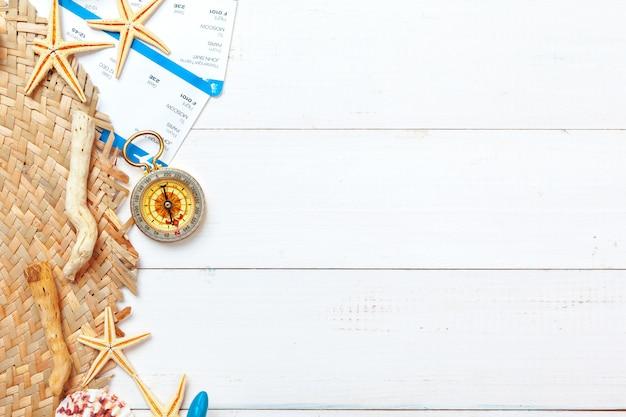 Composição do belo mar com conchas e bússola vintage em fundo branco Foto Premium