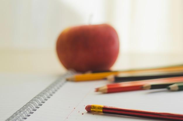 Composição do bloco de notas e lápis Foto gratuita