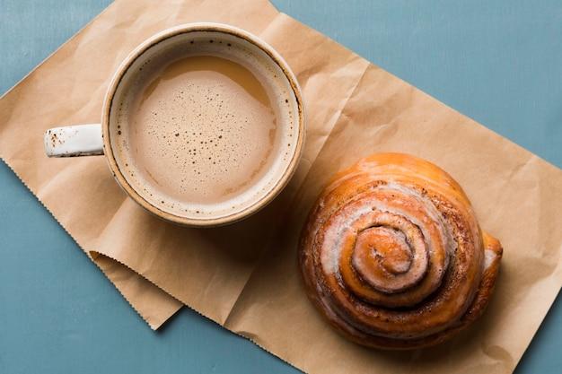 Composição do café da manhã com café e pastelaria Foto gratuita