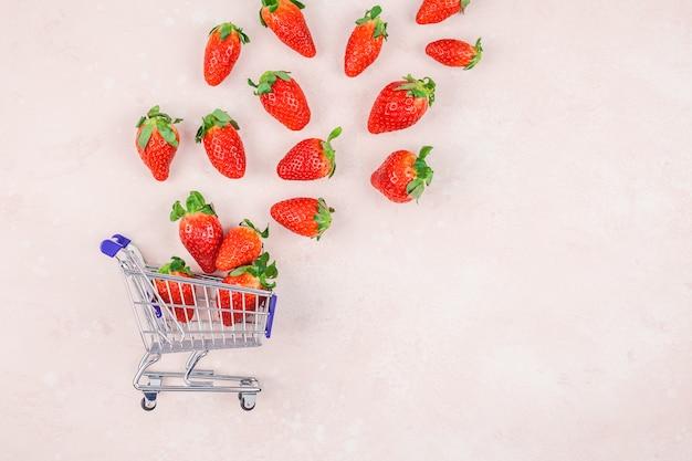 Composição do conceito de compras com morangos Foto Premium