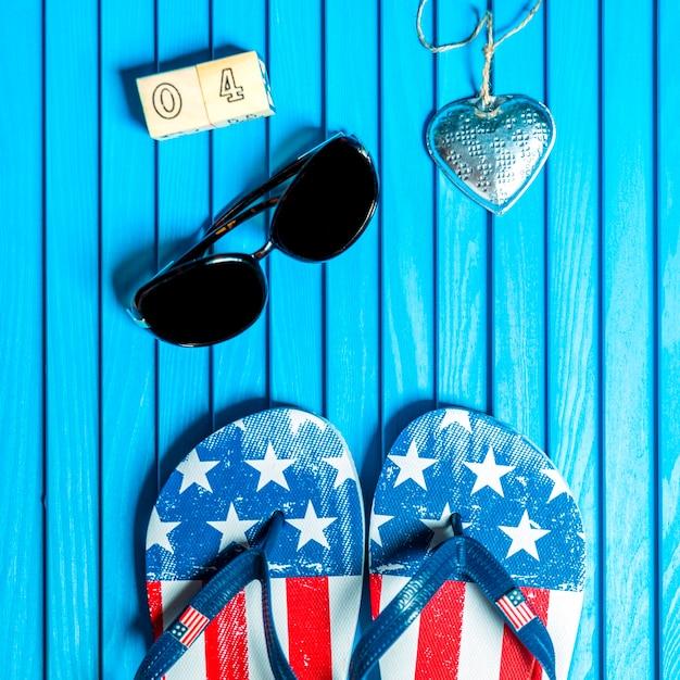 Composição do dia da independência com flip-flops Foto gratuita