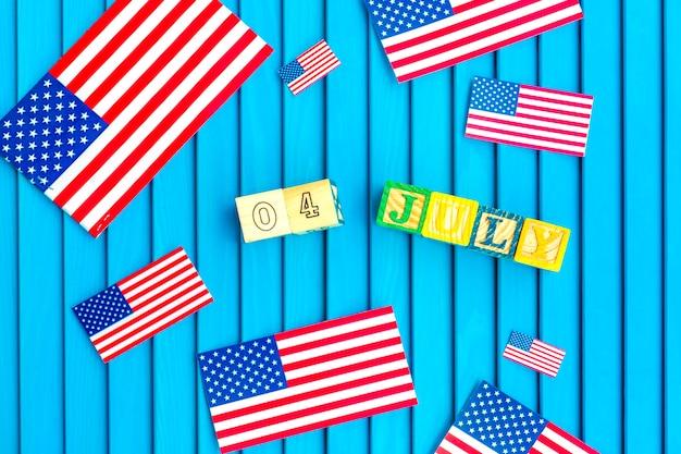 Composição do dia da independência com pequenas bandeiras Foto gratuita