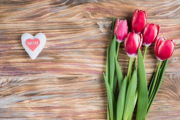 Composição do dia de mãe com coração e flores bonitas Foto gratuita