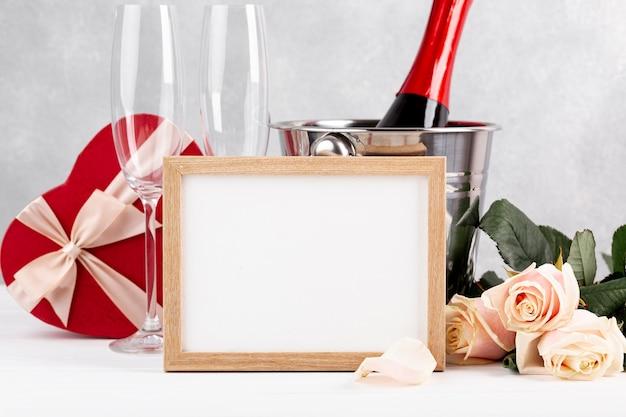 Composição do dia dos namorados vista frontal com moldura vazia Foto gratuita
