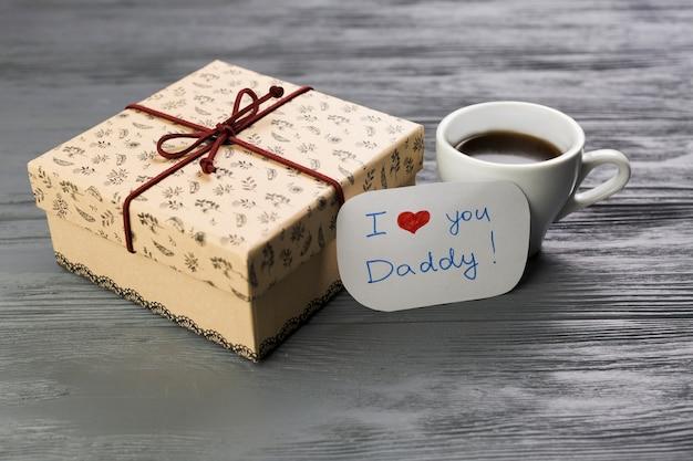 Composição do dia dos pais com café e presente Foto gratuita