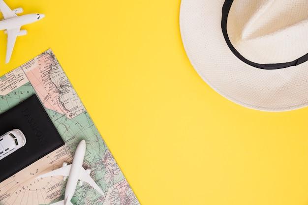Composição do mapa de passaporte de ônibus de avião de brinquedo e chapéu Foto gratuita