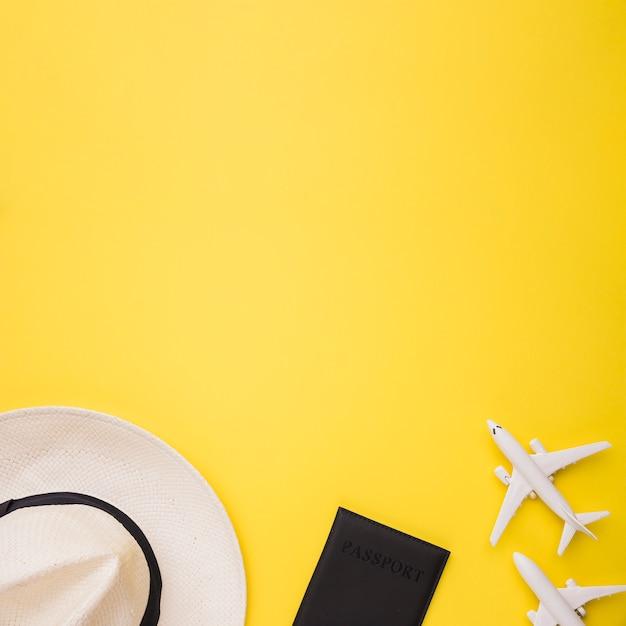 Composição do passaporte de aviões de brinquedo e chapéu Foto gratuita