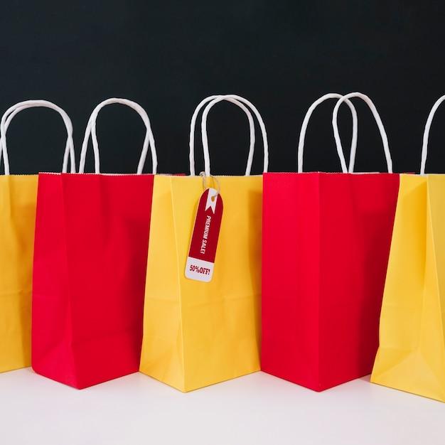 Composição do saco de compras para sexta-feira preta Foto gratuita