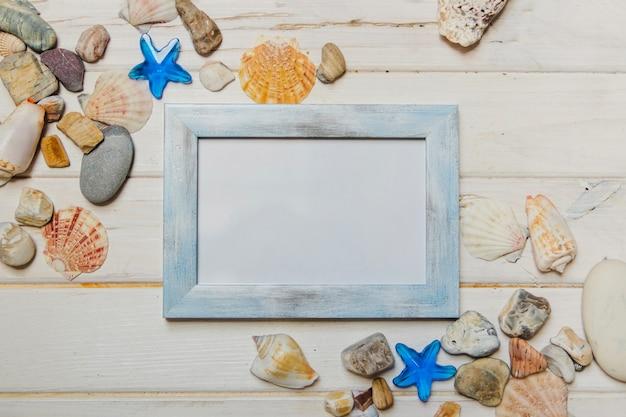 Composição do verão com seashells e frame em branco Foto gratuita