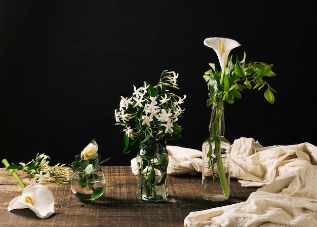Composição elegante de flores em vidro Foto gratuita